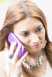 Portrait de plan rapproché de belle jeune femme parlant par le téléphone intelligent Images libres de droits