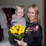 Portrait de plan rapproché de belle jeune mère avec le fils Photo libre de droits