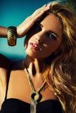 Portrait de plan rapproché de charme de modèle caucasien de jeune femme de belle brune élégante sexy avec le maquillage lumineux,  photos stock