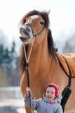 Portrait de plan rapproché de cheval et d'enfant Cheval et enfant de sourire Photos stock