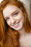 Portrait de plan rapproché de dame positive avec du charme avec de longs cheveux rouges Photo stock
