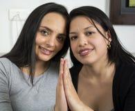 Portrait de plan rapproché de deux femmes heureuses Image libre de droits