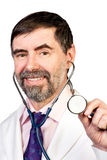 Docteur d'une cinquantaine d'années heureux avec le stéthoscope Photo stock