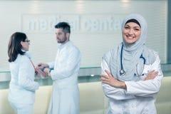 Portrait de plan rapproché de docteur féminin musulman sûr amical et souriant Image stock