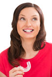 Portrait de plan rapproché de femme avec du charme portant les accolades orthodontiques photo libre de droits