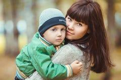 Portrait de plan rapproché de femme avec le fils en parc d'automne photographie stock