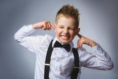 Portrait de plan rapproché de garçon beau couvrant ses oreilles, observant N'entendez rien Émotions humaines, expressions du visa Photographie stock libre de droits