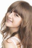 Portrait de plan rapproché de jeune femme avec des parenthèses Image stock