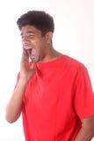 Portrait de plan rapproché de jeune homme indien avec le mal de dent Photos libres de droits