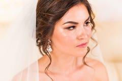 Portrait de plan rapproché de jeune jeune mariée magnifique image stock