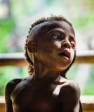 Portrait de plan rapproché de petit garçon de Papuan non identifié de tribu de Korowai Photos stock