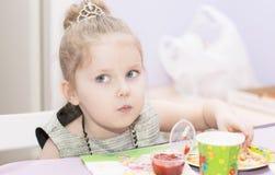 Portrait de plan rapproché de quatre ans de fille Photographie stock libre de droits
