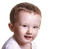 Portrait de plan rapproché de studio de petit bébé garçon semblant espiègle au Th Images libres de droits