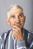 Portrait de plan rapproché de vieil homme réfléchi plus de Photographie stock