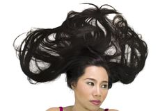 Portrait de plan rapproché des femmes asiatiques déprimées se trouvant sur la terre avec de longs cheveux noirs agissant boule images libres de droits