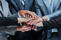 Portrait de plan rapproché du groupe de gens d'affaires avec des mains ensemble Images stock