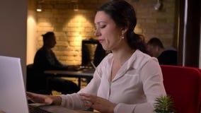 Portrait de plan rapproché du jeune employé de bureau féminin caucasien se surmenant obtenant un mal de tête et étant épuisé banque de vidéos