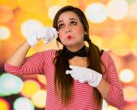 Portrait de plan rapproché du pantomime femelle de clown exprimant la tristesse photos stock