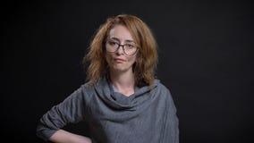 Portrait de plan rapproché de femelle rousse exagérée d'une cinquantaine d'années en verres étant fâchés et furieux et ayant la m photos libres de droits