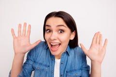 Portrait de plan rapproché de fille de sourire étonnée avec la bouche ouverte et le h photo stock