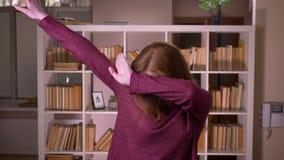 Portrait de plan rapproché de jeune étudiante caucasienne attirante rousse en verres tamponnant avec confiance regarder banque de vidéos