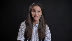 Portrait de plan rapproché de jeune femelle caucasienne mignonne avec des cheveux de brune obtenant enthousiastes et souriant heu images libres de droits
