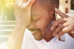 Portrait de plan rapproché de jeune homme d'affaires afro-américain drôle heureux utilisant le téléphone portable extérieur culti Images stock