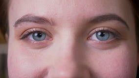 Portrait de plan rapproch? de jeune visage femelle caucasien attrayant avec des yeux regardant la cam?ra avec l'expression de sou banque de vidéos