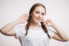 Portrait de plan rapproché de l'étudiant heureux de sourire mignon ou de la fille de l'adolescence regardant la caméra sur le fon image libre de droits