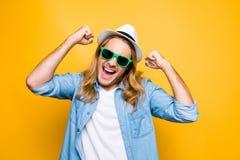 Portrait de plan rapproché de l'homme fâché bouleversé contrarié amer s de hippie photo stock