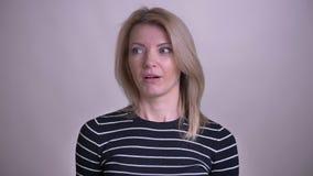 Portrait de plan rapproché de la femelle caucasienne blonde attirante adulte faisant une paume de visage avec l'embarras regardan banque de vidéos