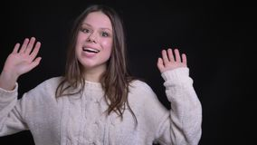 Portrait de plan rapproché de la jeune femelle caucasienne attirante faisant des expressions du visage drôles et souriant gaiemen banque de vidéos
