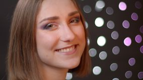 Portrait de plan rapproch? de la jeune femelle caucasienne mignonne tournant et regardant la cam?ra souriant joyeux avec le fond  clips vidéos