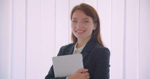 Portrait de plan rapproché de la jeune femme d'affaires caucasienne tenant l'ordinateur portable regardant la caméra souriant gai banque de vidéos