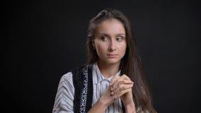 Portrait de plan rapproché de la jeune jolie femelle caucasienne étant réfléchie et regardant au côté avec le fond d'isolement photos libres de droits