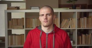 Portrait de plan rapproché de la jeune tête de ondulation caucasienne attrayante d'étudiant masculin indiquant ne regarder non la banque de vidéos