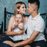 Portrait de plan rapproché de maman, de papa et de fille Image libre de droits
