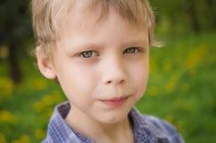 Portrait de plan rapproché de petit garçon drôle mignon photo libre de droits