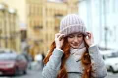 Portrait de plan rapproché de stupéfier la fille d'une chevelure rouge portant chaud tricoté images stock