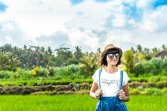 Portrait de plan rapproché de touriste heureuse de femme avec le chapeau de paille sur un fond de montagne Volcano Agung, île de  image libre de droits