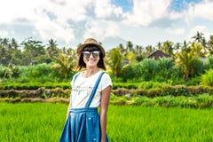 Portrait de plan rapproché de touriste heureuse de femme avec le chapeau de paille sur un fond de montagne Volcano Agung, île de  photos libres de droits