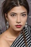 Portrait de plan rapproché une fille asiatique dans un T-shirt rayé photographie stock libre de droits