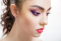 Portrait de plan rapproch? de belle jeune femme avec le maquillage pourpre lumineux et les l?vres fuchsia photo stock