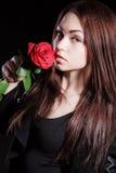 Portrait de plan rapproché d'une belle jeune femme pâle avec une rose rouge Image libre de droits