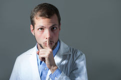 Portrait de plan rapproché de jeune docteur beau Photo stock