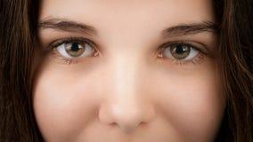 Portrait de plan rapproché de jeune femme avec les yeux noisette Photographie stock libre de droits