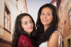 Portrait de plan rapproché des couples lesbiens mignons dans l'amour Photographie stock libre de droits