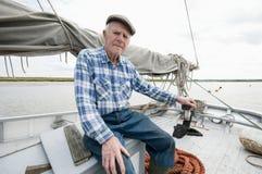 Portrait de plate-forme supérieure de Siting On Boat de pêcheur Photo stock