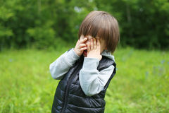 Portrait de pleurer 2 ans d'enfant dehors photographie stock libre de droits