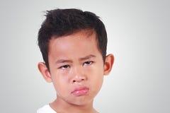 Portrait de pleurer asiatique triste de garçon photo stock